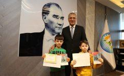 Başkan Tarhan'dan karne hediyesi kitap