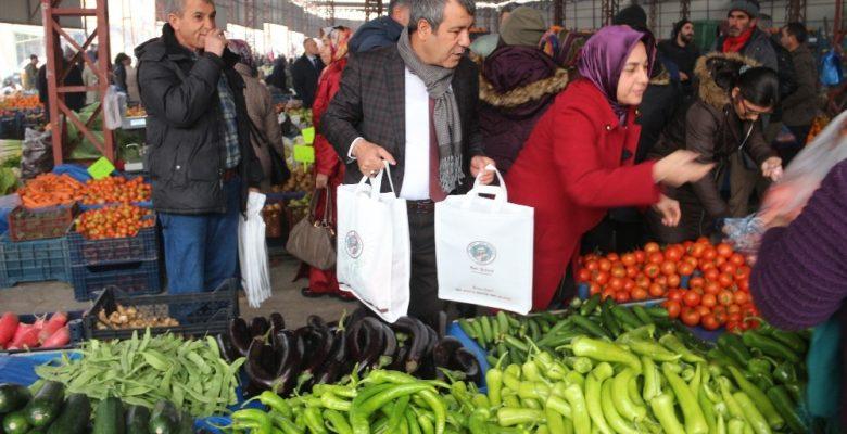 Başkan Yılmaz pazar çantası dağıttı