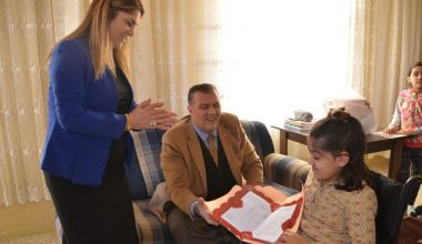 Bedensel engelli öğrencinin evde karne sevinci