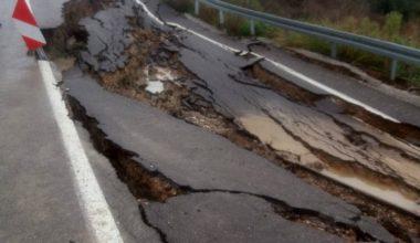 Mersin'de aşırı yağışlardan yol çöktü