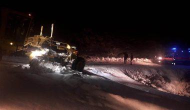 Mersin'de belediye ekipleri, karla kapanan yolları açmak için 24 saat esasına göre çalışıyor
