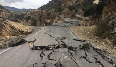 Mersin'de heyelan yol kapattı