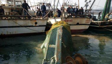 Balıkçıların ağına takılan hurda haldeki deniz aracı sürat teknesi çıktı