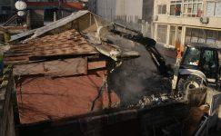 Mersin'de metruk binaların yıkımı sürüyor