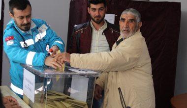 Felçli baba ve engelli oğlu, evde bakım görevlileriyle oy kullanmaya geldi