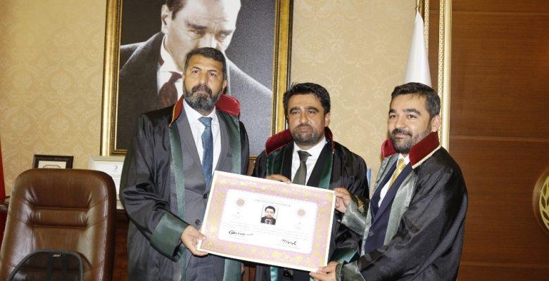 AK Parti Mersin İl Başkanı Ercik, yemin edip cüppe giyerek avukat oldu