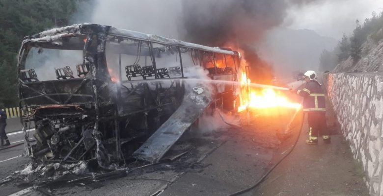 Mersin'de faciadan dönüldü: Yolcu otobüsü küle döndü