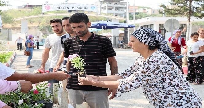 Büyükşehir Belediyesi, tüm mezarlıklarda 100 bin çiçek fidesi dağıtacak