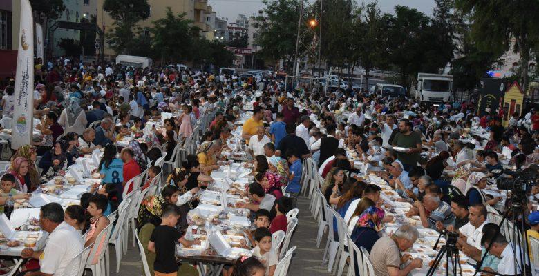 Toroslar Belediye Başkanı Yılmaz, iftar sofralarında halkı bir araya  getiriyor