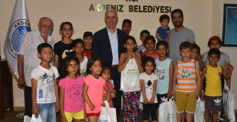 Başkan Gültak, küçük çocuklara kıyafetler hediye ederek, erken bayram yaşattı