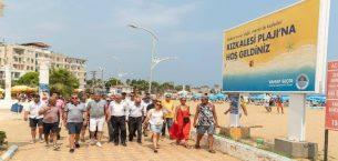 Seçer, sahilde tatilcilerle buluştu