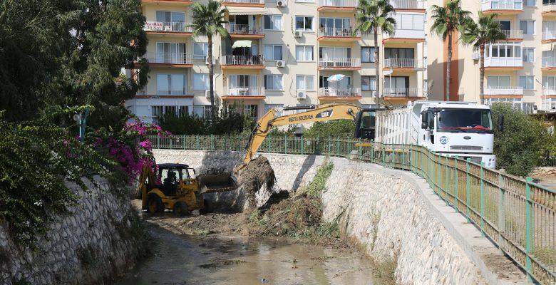 Mezitli Belediyesi dere yataklarında temizlik çalışmalarına  başladı