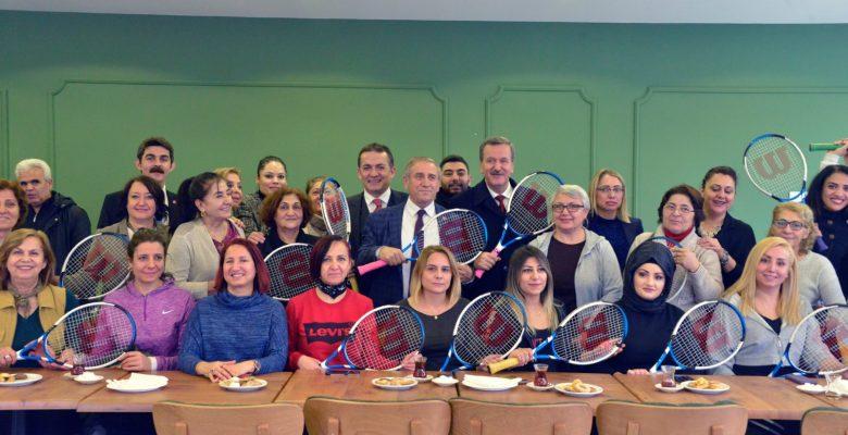 Çay saatinde tenis öğrenen kadınlar