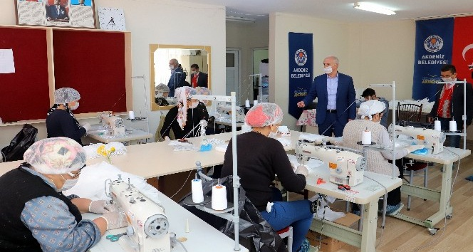 Akdeniz Belediyesi, günlük 5 bin adet tıbbi maske üretiyor
