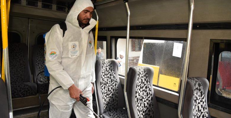 Toroslar Belediyesi yolcu minibüslerini dezenfekte ediyor
