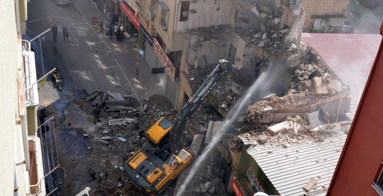 Akdeniz'de çökme riski olan 3 katlı bina kontrollü şekilde yıkıldı