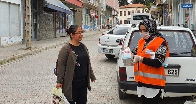 Mut belediyesi halka maske dağıttı