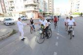 Başkan Tarhan, bisikletle 20 kilometre boyunca maske dağıttı