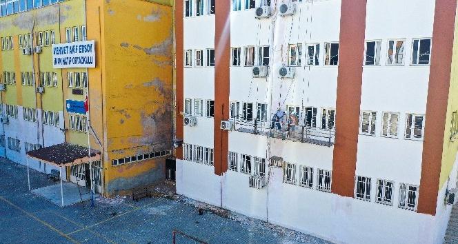 Erdemli Belediyesi okulların tadilat ve boya işlerini yapıyor