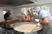 Yenişehir Belediyesi Aşevi, yıllardır yemekleri ihtiyaç sahiplerine ulaştırıyor