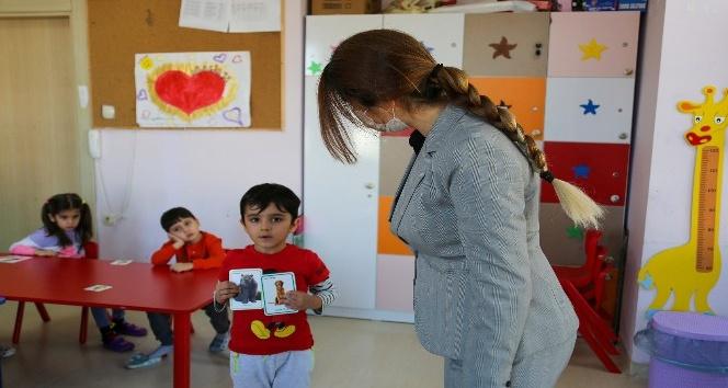 Erdemli'de, minik öğrencilere 3 dilde eğitim veriliyor