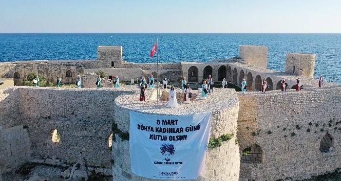 Kalenin surlarında 'Kadına şiddete hayır' pankartı açıldı