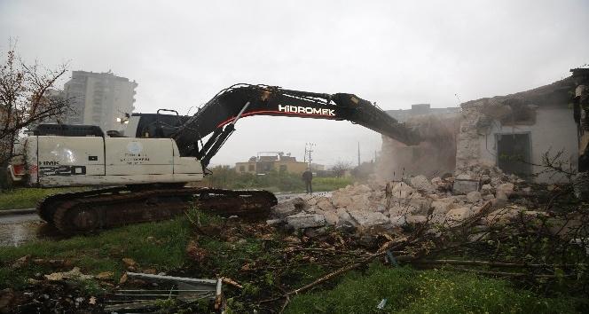 Erdemli'de metruk binalar yıkılıyor