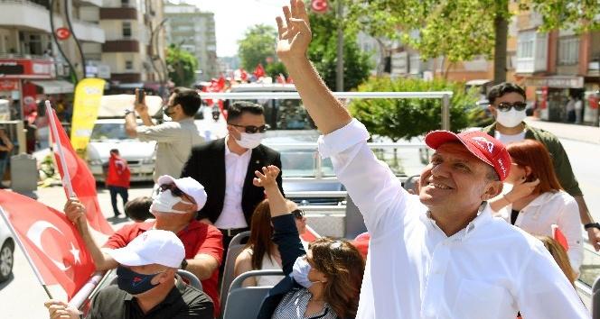 Başkan Seçer, şehir turu atarak bayram kutladı