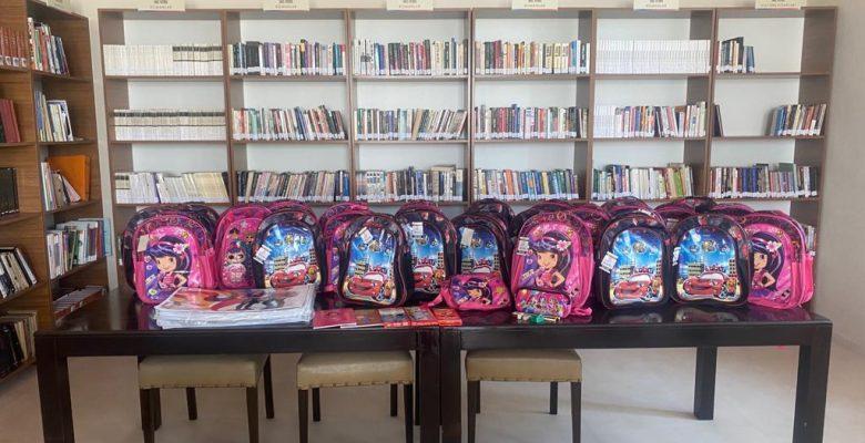 Öğrencilere okul çantası hediye edildi